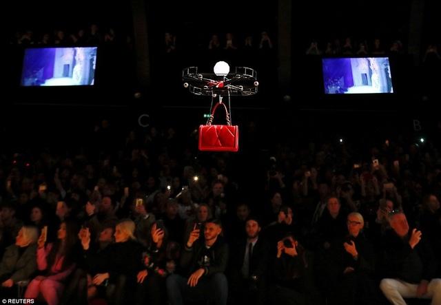 """Các vị khách rất thích thú với phần trình diễn của những chiếc """"drone"""" trên sàn catwalk."""