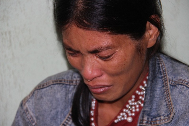 Nghĩ đến chuỗi ngày sắp tới, những dòng nước mắt của chị Hằng cứ lăn dài trên khuôn mặt khắc khổ.