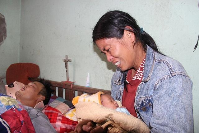 Thương đứa con vừa chào đời được mấy ngày thì bố gặp nạn, chị Hằng không thể nào cầm được nước mắt.