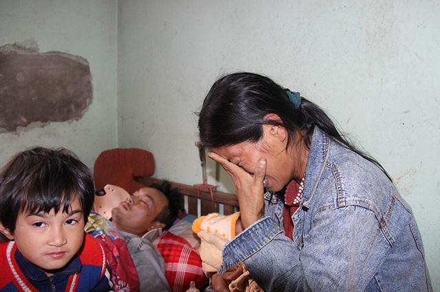 Chị Hằng cố gạt nước mắt kể về tình cảnh éo le của gia đình.