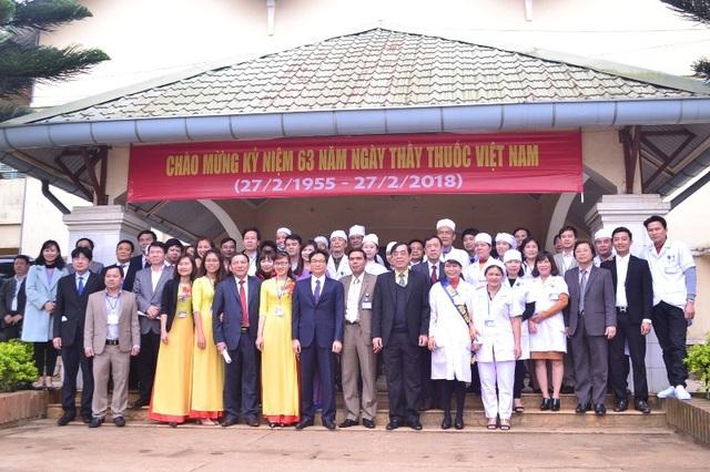 Phó Thủ tướng động viên các nhân viên y tế nhân kỷ niệm Ngày thầy thuốc Việt Nam