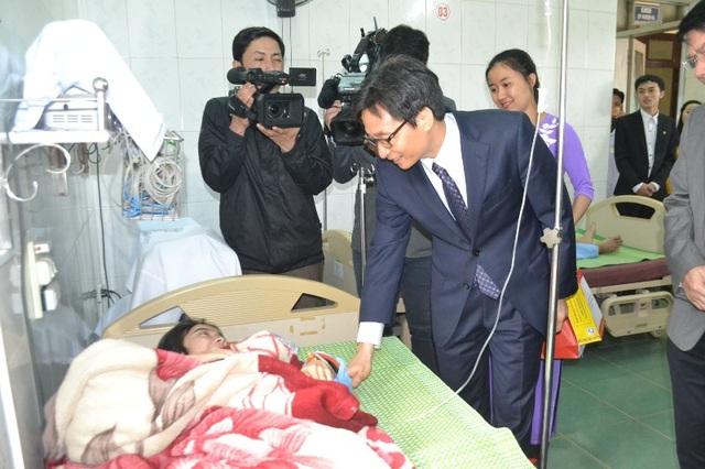 Phó Thủ tướng mong bác sĩ vùng biên quan tâm chăm sóc cả bà con người Lào - 2
