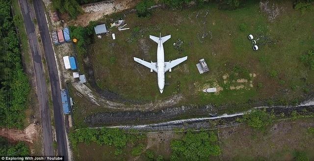 Chiếc máy bay Boeing 737 xuất hiện bí ẩn trên cánh đồng Bali. (Ảnh: Youtube)