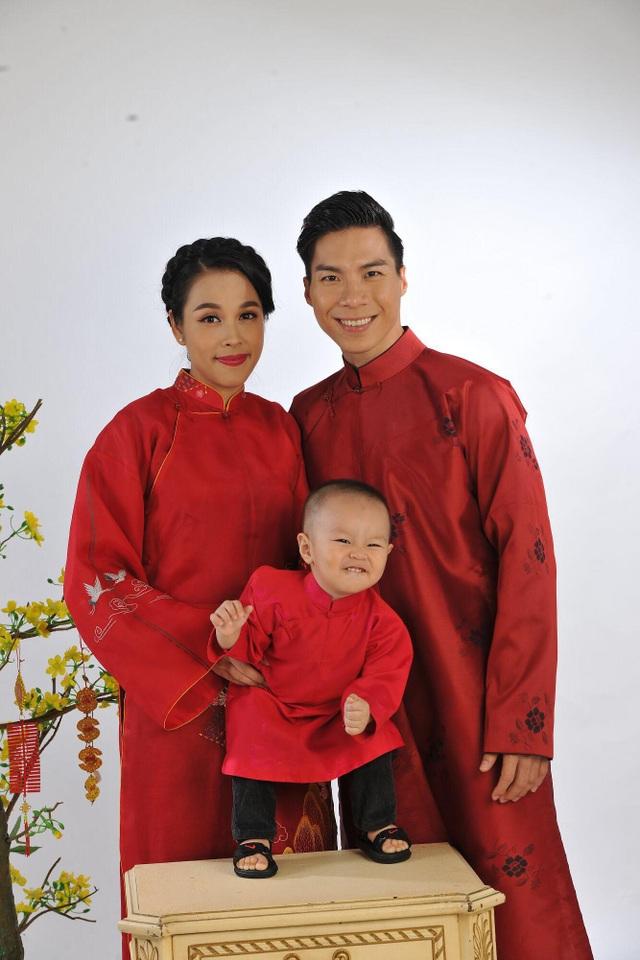 Quốc Nghiệp cùng vợ và con trai.