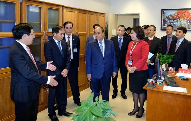 Thủ tướng thăm hỏi các cán bộ công chức làm việc tại Bộ Ngoại giao