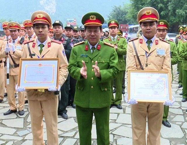 Trung úy Đạt và Thiếu úy Tiến vinh dự được Giám đốc Công an tỉnh tặng giấy khen vì có thành tích xuất sắc truy bắt nhóm quái xế.