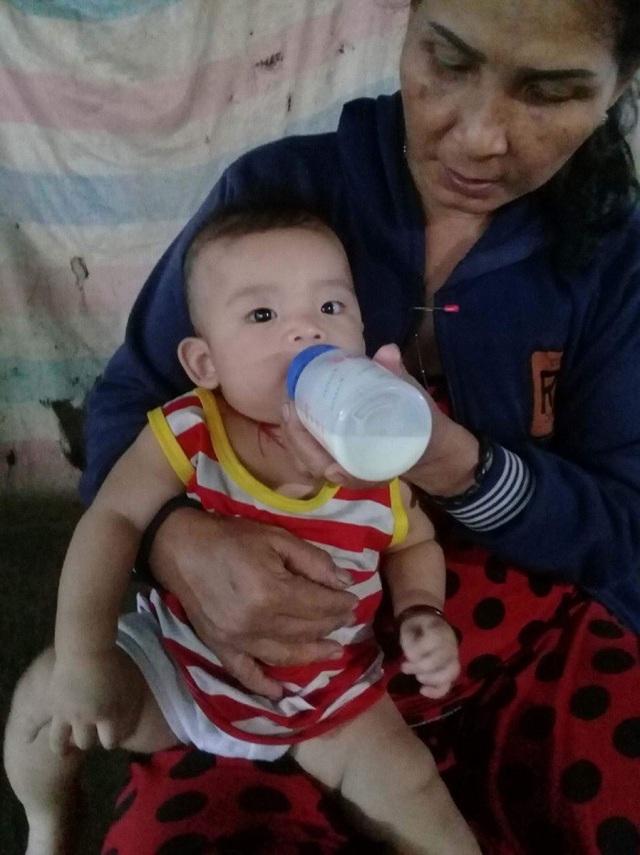 Bà Lệ từng ngày phải nuôi bộ đứa cháu bằng những phần sữa ít ỏi và nước cơm, nước cháo