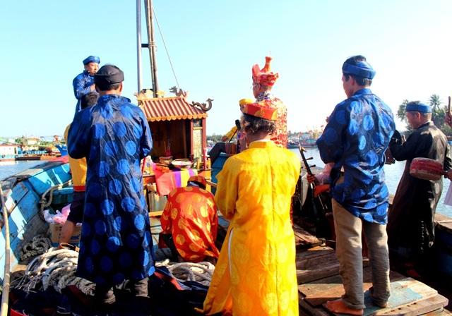 Ngư dân làm lễ cúng trước khi xuất quân