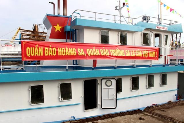 Băng-rôn trên các tàu vỏ thép khẳng định chủ quyền biển đảo