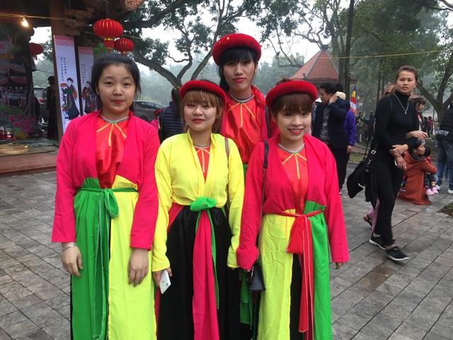 các cô gái trẻ đến từ Hà Nội háo hức được khoác lên mình bộ trang phục áo mớ ba, mớ bẩy