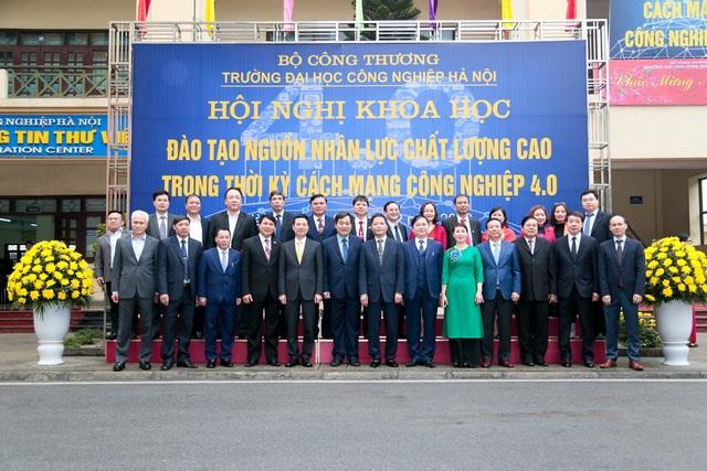Bộ trưởng Bộ Công thương Trần Tuấn Anh chụp ảnh lưu niệm với đại biểu Hội nghị.