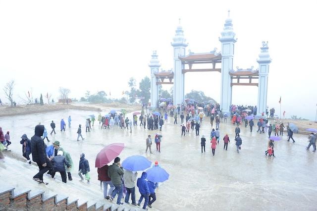 Đông đảo du khách về dự ngày khai hội Tây Yên Tử.