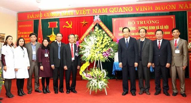 Đoàn công tác trao tặng hoa tới cán bộ, bác sĩ Trung tâm Điều dưỡng Người có công Nho Quan, nhân ngày Thầy thuốc VN. Ảnh: C.T