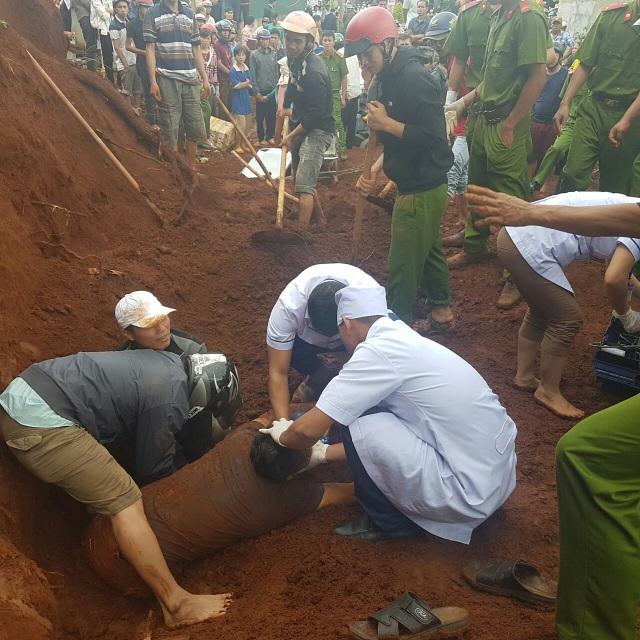 Sau khoảng 1 tiếng đồng hồ, lực lượng chức năng mới đưa được nạn nhân ra khỏi lớp đất đá