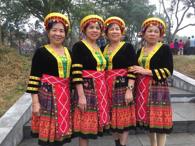 các cụ bà dân tộc HMông lần đầu tiên về với Hội Lim để thưởng thức câu hát quan họ vang, rền, nền, nảy