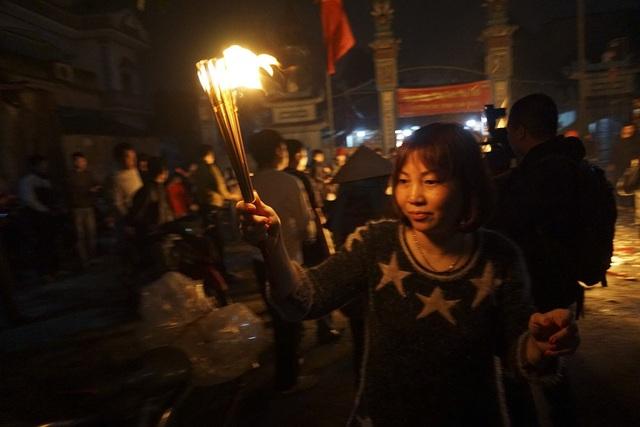 Hà Nội: Dân làng rước lửa về nhà trong đêm cầu may mắn - 11