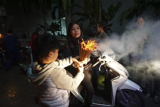 Hà Nội: Dân làng rước lửa về nhà trong đêm cầu may mắn - 12