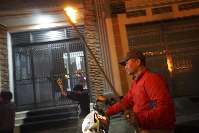 Sau khi có lửa phải nhanh chóng chạy, đi xe máy mang về nhà thật nhanh trước khi bị tắt.