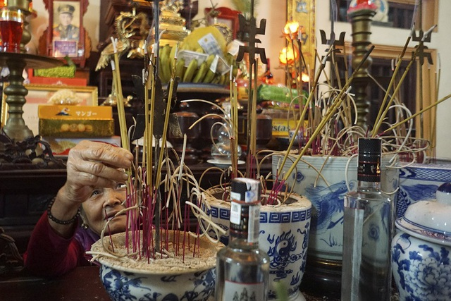 Hương châm lửa mang về từ đình làng sau đó sẽ được trang trọng cắm trên ban thờ của gia đình.
