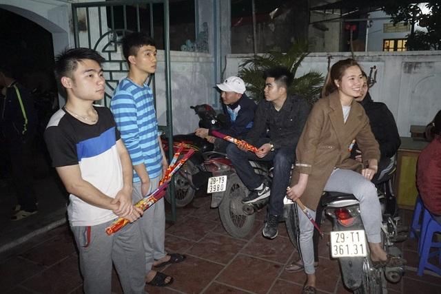 Các thanh niên làng An Định có mặt từ sớm tại đình làng chờ lấy lửa.