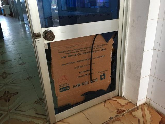 Cửa kính tại bệnh viện bị nhóm thanh niên đập vỡ