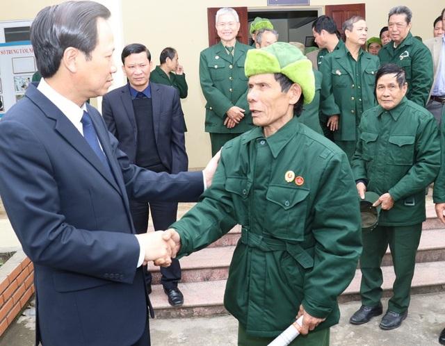 Bộ trưởng thăm hỏi thương, bệnh binh tại Trung tâm Điều dưỡng Người có công Nho Quan (Ninh Bình). Ảnh: C.T