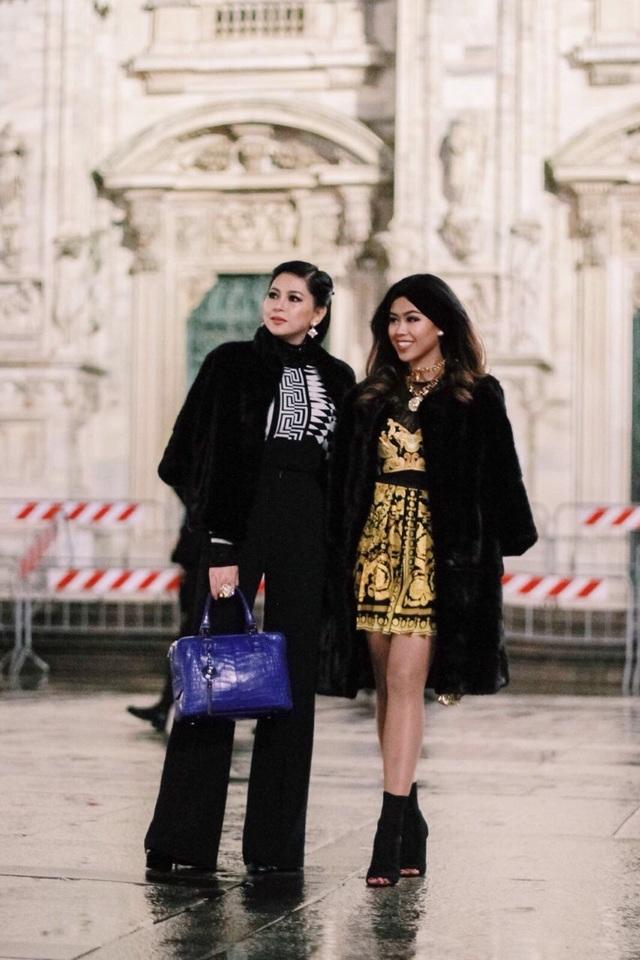 Thủy Tiên cùng cô con gái Thảo Tiên đều diện những bộ trang phục ngắn tông đen vừa gợi cảm lại trẻ trung, sang trọng