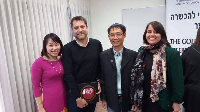 Chị Trang Thu (bên trái, ngoài cùng) và anh Nguyễn Thuận (thứ 3 từ trái sang) chụp ảnh lưu niệm cùng Đại sứ phụ trách Cơ quan Hợp tác Phát triển Quốc tế Israel (MASHAV) và lãnh đạo Trung tâm đào tạo quốc tế MCTC (Israel).