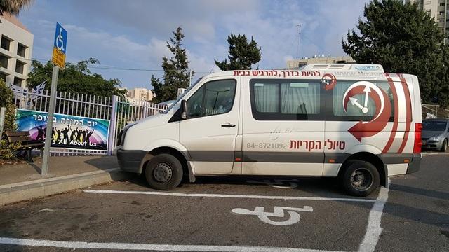 Những chiếc taxi đặc biệt này luôn sẵng sàng đưa đón các em từ trung tâm trở về nhà và ngược lại.