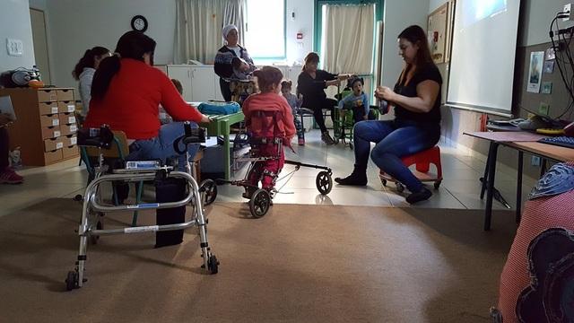 Một lớp học dành cho trẻ khuyết tật nặng. 05 giáo viên chăm sóc và dạy cho 06 em bé bị khuyết tật.