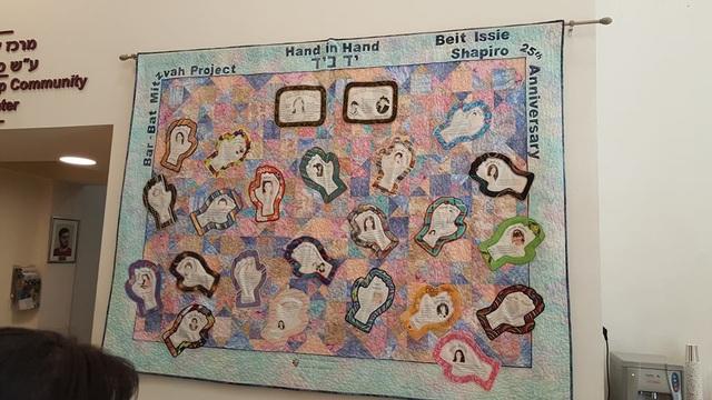 Những cá nhân có nhiều đóng góp cho trẻ có nhu cầu đặc biệt được ghi nhận trang trọng trên tấm thảm lớn treo trên tường.