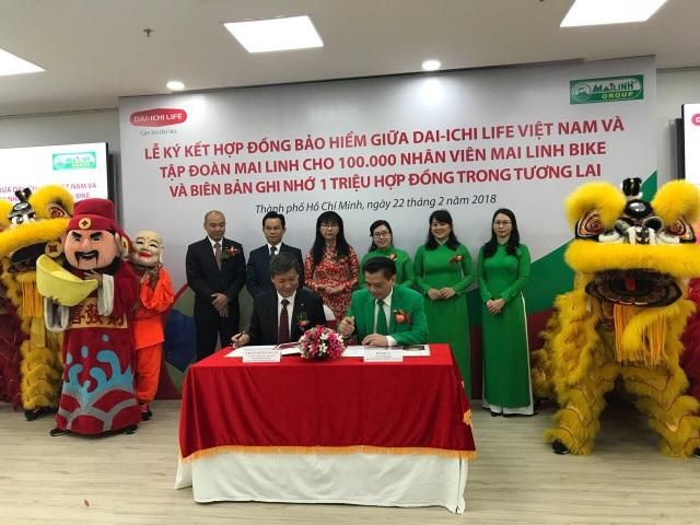 Ông Trần Đình Quân – Tổng Giám đốc Dai-ichi Life Việt Nam (bên trái) và ông Hồ Huy – Chủ tịch Tập đoàn Mai Linh cùng ký kết hợp đồng bảo hiểm
