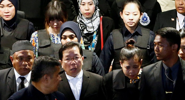 Hai nghi phạm Đoàn Thị Hương và Siti Aisyah bị áp giải tại Malaysia (Ảnh: Reuters)