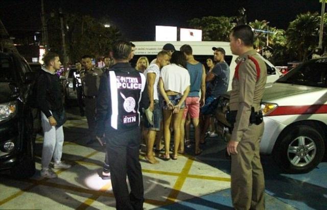 Các đối tượng bị áp giải lên xe cảnh sát (Ảnh: Reuters)
