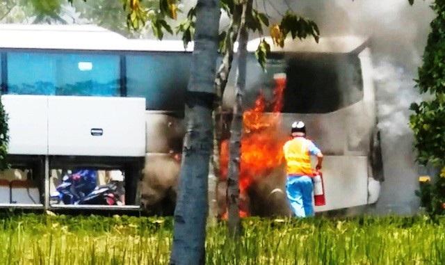 Hiện trường chiếc xe khách bốc cháy dữ dội trên đại lộ Mai Chí Thọ, quận 2.