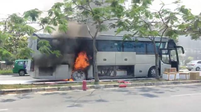 Chiếc xe khách bốc cháy ngùn ngụt trên đại lộ Mai Chí Thọ