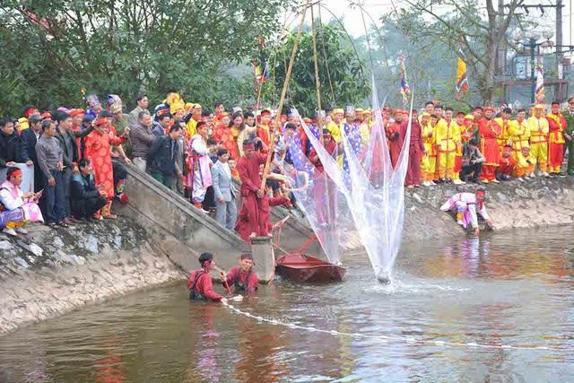 Lễ tổ chức đánh cá tại ao thả cá cạnh Giếng Cổ. Đây chính là khi nguồn gốc xuất thân làm nghề chài lưới của thủy tổ nhà Trần được tái hiện…
