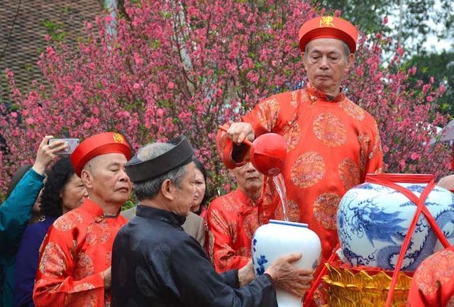 Các cụ cao niên lấy nước từ Giếng Cổ