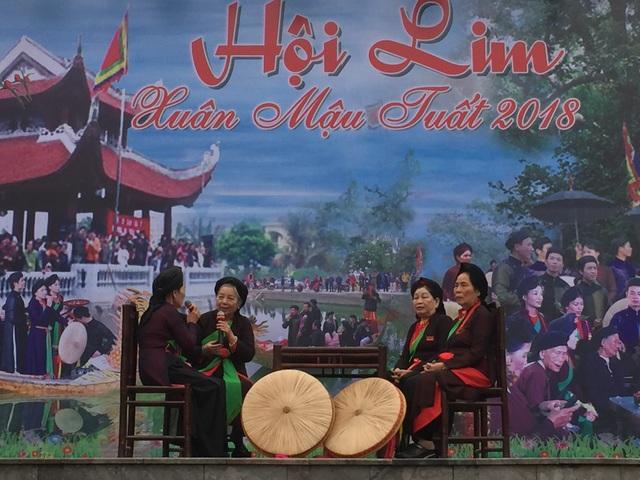 Các chị hai tuổi ngoài 80 hát đối đáp trên sân khấu trung tâm lễ hội
