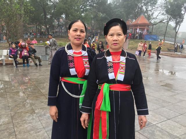 Chị Trần Thị Bình dân tộc Sán Chí - tỉnh Thái Nguyên cùng bạn lần đầu tiên trẩy hội vùng Lim