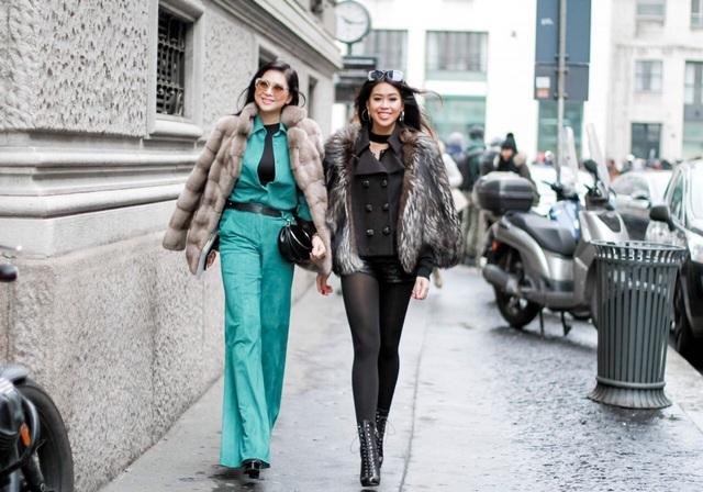 Do thời tiết khá lạnh nên hai mẹ con diện trang phục giữ ấm sành điệu