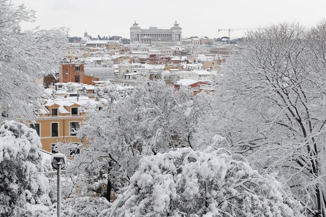 """Một số khu vực tại thành phố Rome nổi tiếng của Italy đã ngập trong lớp tuyết dày từ 5 - 15cm sau khi nhiệt độ giảm xuống dưới 0 độ C do ảnh hưởng của đợt không khí lạnh từ vùng Siberia với tên gọi """"Quái vật phương Đông"""". Nhiệt độ tại Rome hiếm khi hạ thấp xuống mức như vậy. (Ảnh: Reuters)"""