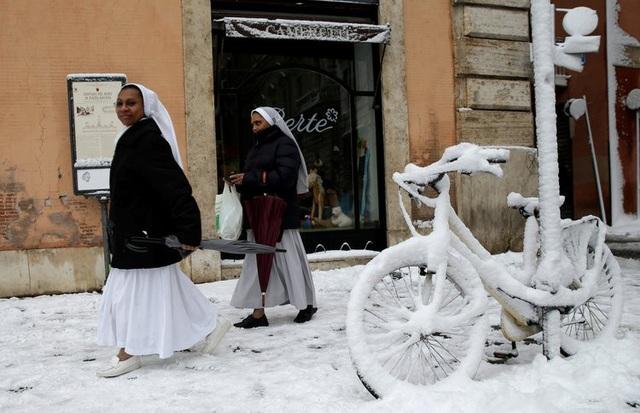 Quân đội Italy đã điều động các binh sĩ tới dọn tuyết trên các tuyến đường để tạo điều kiện đi lại thuận tiện cho người dân. Các tình nguyện viên cũng được huy động tới các ga tàu để hỗ trợ người dân đi lại. (Ảnh: Reuters)