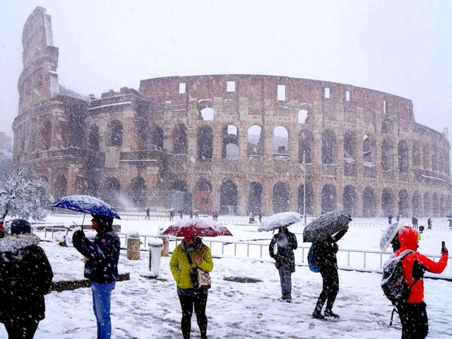 Mặc dù được khuyến cáo không nên ra ngoài để tránh nguy hiểm do đường trơn trượt, nhiều du khách và người dân địa phương vẫn tranh thủ ghi lại những khoảnh khắc tuyết hiếm tại thành phố du lịch nổi tiếng của châu Âu. (Ảnh: Getty)