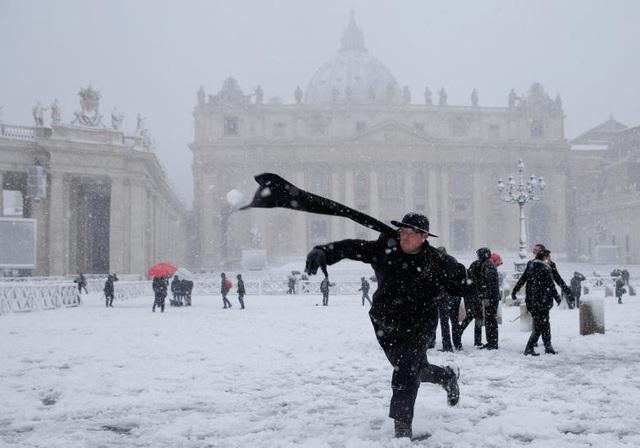 Các tu sĩ tại Vatican cùng nhau chơi ném bóng tuyết, nặn người tuyết trong điều kiện thời tiết dưới 0 độ C. Đối với nhiều người Italy, đây là dịp hiếm hoi họ được chứng kiến tuyết rơi nhiều như vậy. (Ảnh: Reuters)