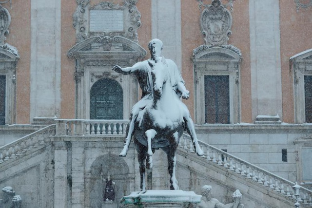 """Những bức tượng phủ trắng do tuyết ở Rome. Ngoài Rome, một số thành phố ở trung và bắc Italy cũng bị ảnh hưởng bởi trận bão """"Quái vật phương Đông"""" lần này. (Ảnh: Reuters)"""