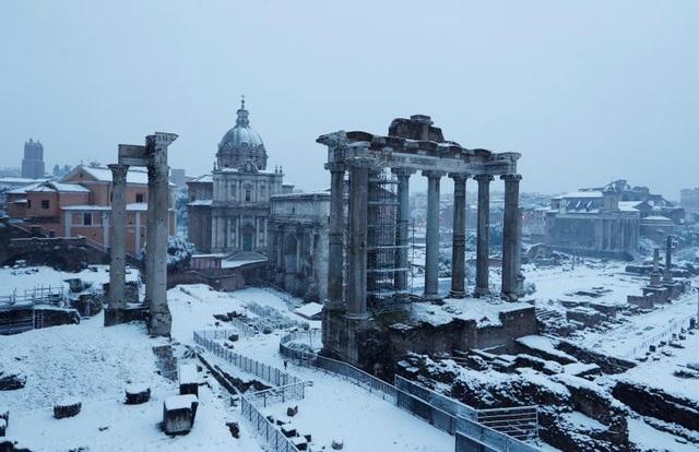 Nhiều địa điểm du lịch nổi tiếng tại Rome như Roman Forum, đấu trường Colosseum, Đồi Palatine đã đóng cửa trong những ngày tuyết rơi dày. (Ảnh: Reuters)