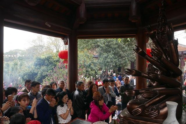 Khác với các năm trước, năm nay không còn tái diễn cảnh người đi lễ chùa găm tiền lên tượng Phật.