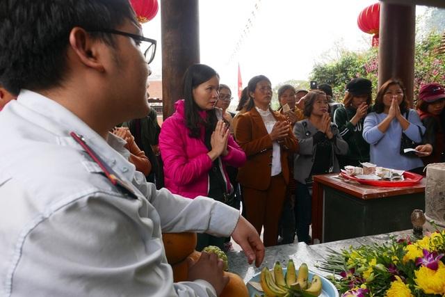 Tại những nơi đặt tượng Phật, ban tổ chức bố trí người túc trực nhắc nhở nhân dân không rải tiền lẻ, không sờ tay vào tượng.