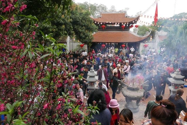 Thời tiết hôm nay mát mẻ, tạnh ráo, rất thuận lợi cho việc trẩy hội. Ngoài tham gia vào các hoạt động vui chơi, ca hát, người dân đi trẩy hội cũng không quên đến ngôi chùa trên đỉnh đồi Lim để làm lễ.